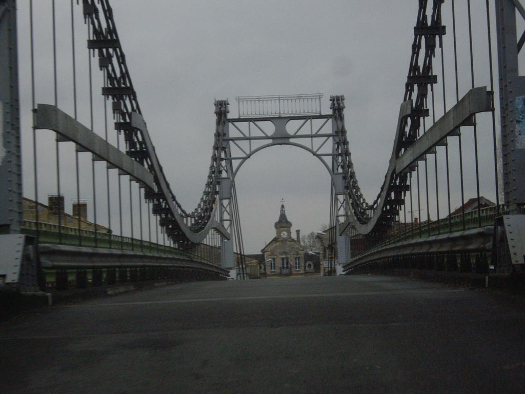 photo saint denis de pile 33910 la mairie vue du pont suspendu sur l 39 isle saint denis. Black Bedroom Furniture Sets. Home Design Ideas