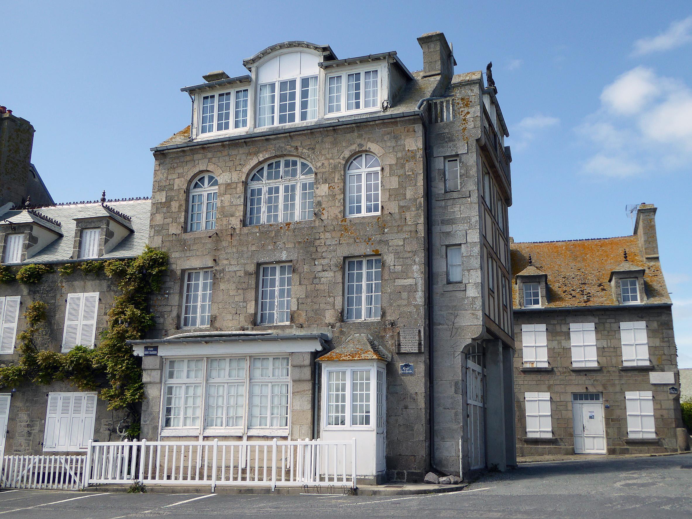 Photo barfleur 50760 belles maisons du centre l 39 arri re plan la maison du peintre - La maison du peintre ...