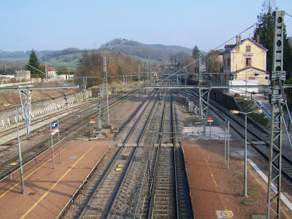 Blaisy-Bas_34067_la-gare-et-la-colline-de-Blaisy-Haut