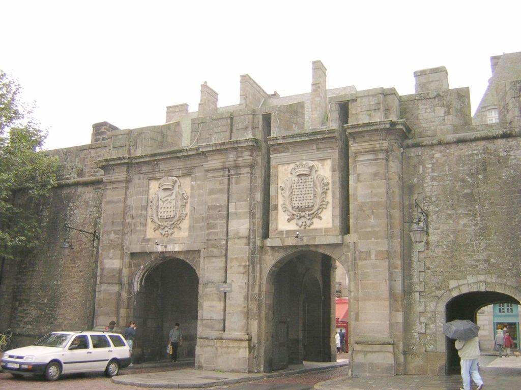 Photo saint malo 35400 st malo portes de la ville for Porte de garage saint malo