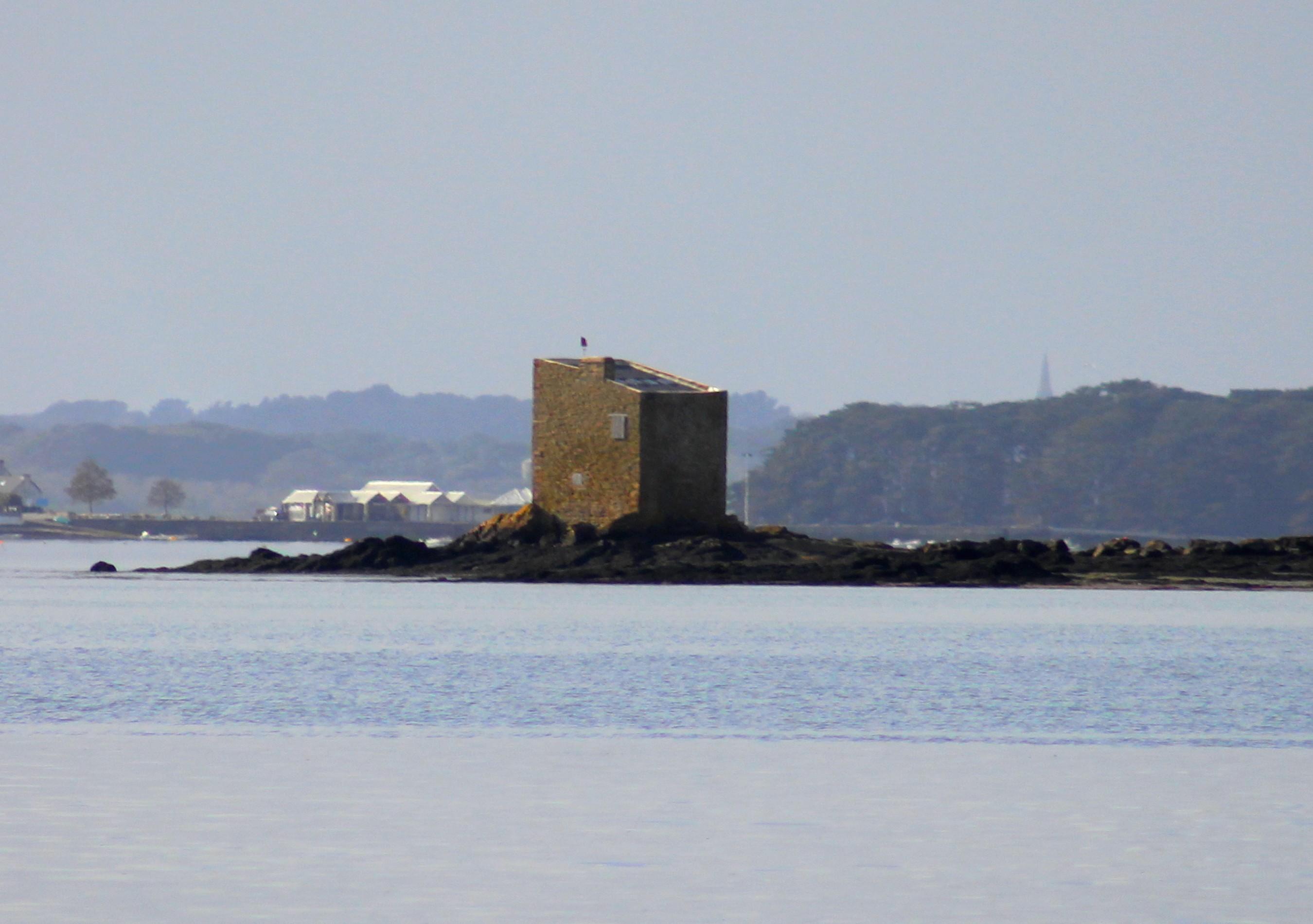 Photo à Séné (56860) : La tour carrée (ile de Boede) - Séné, 187519 ...