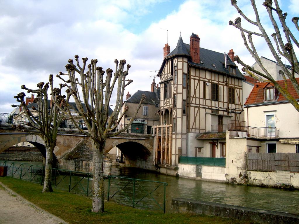 photo vierzon 18100 maison ancienne au bord du canal. Black Bedroom Furniture Sets. Home Design Ideas