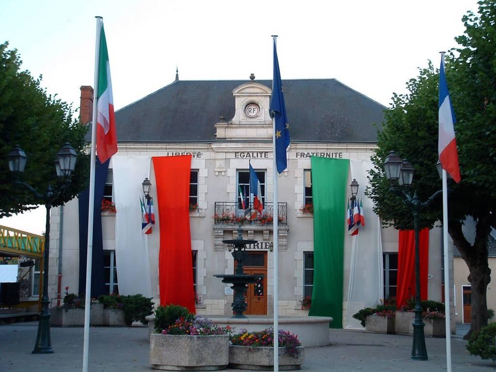 Photo villedieu sur indre 36320 la mairie for Piscine de villedieu