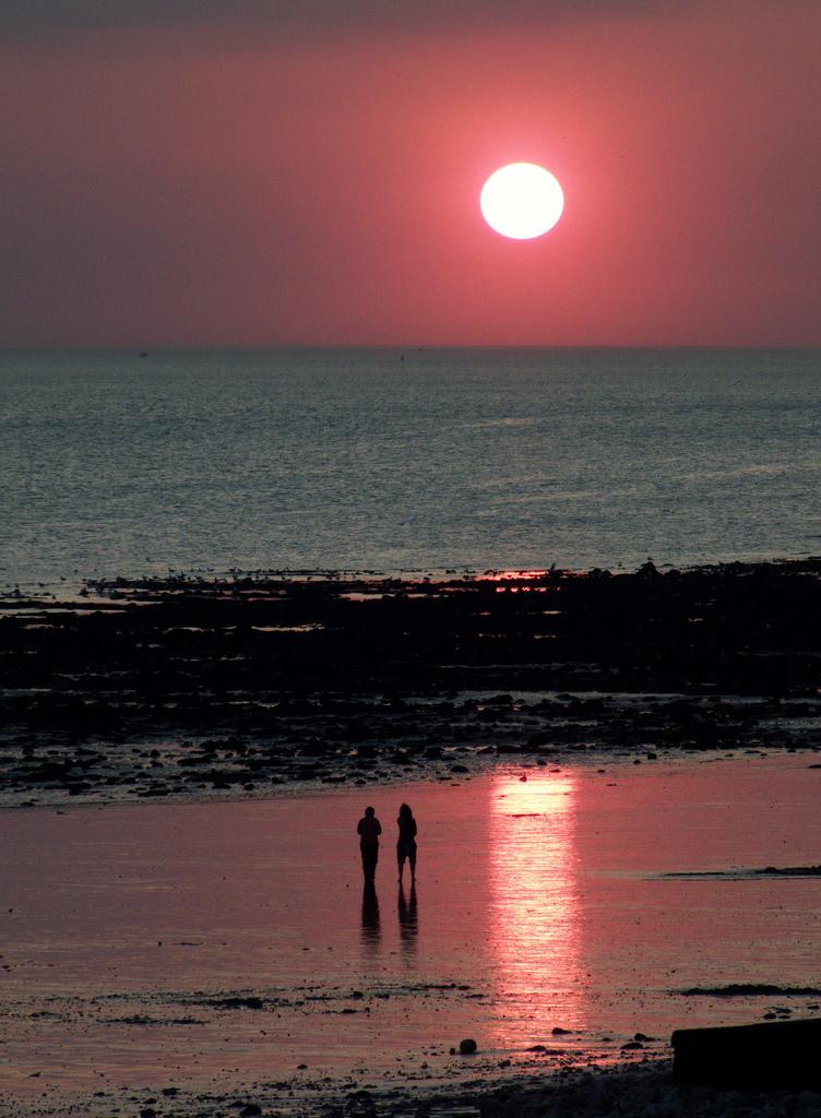 photo le havre 76600 coucher de soleil sur la plage du havre le havre 69371. Black Bedroom Furniture Sets. Home Design Ideas