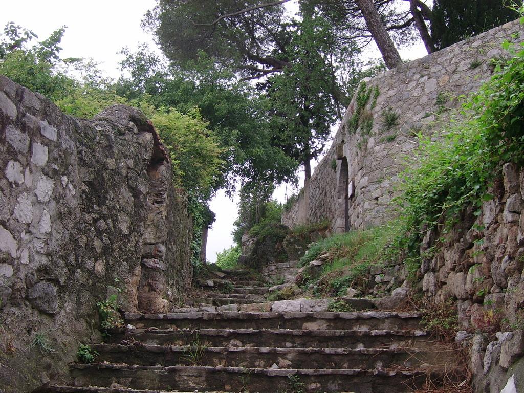 photo clermont l 39 h rault 34800 escalier vers le chateau clermont l 39 h rault 31418. Black Bedroom Furniture Sets. Home Design Ideas