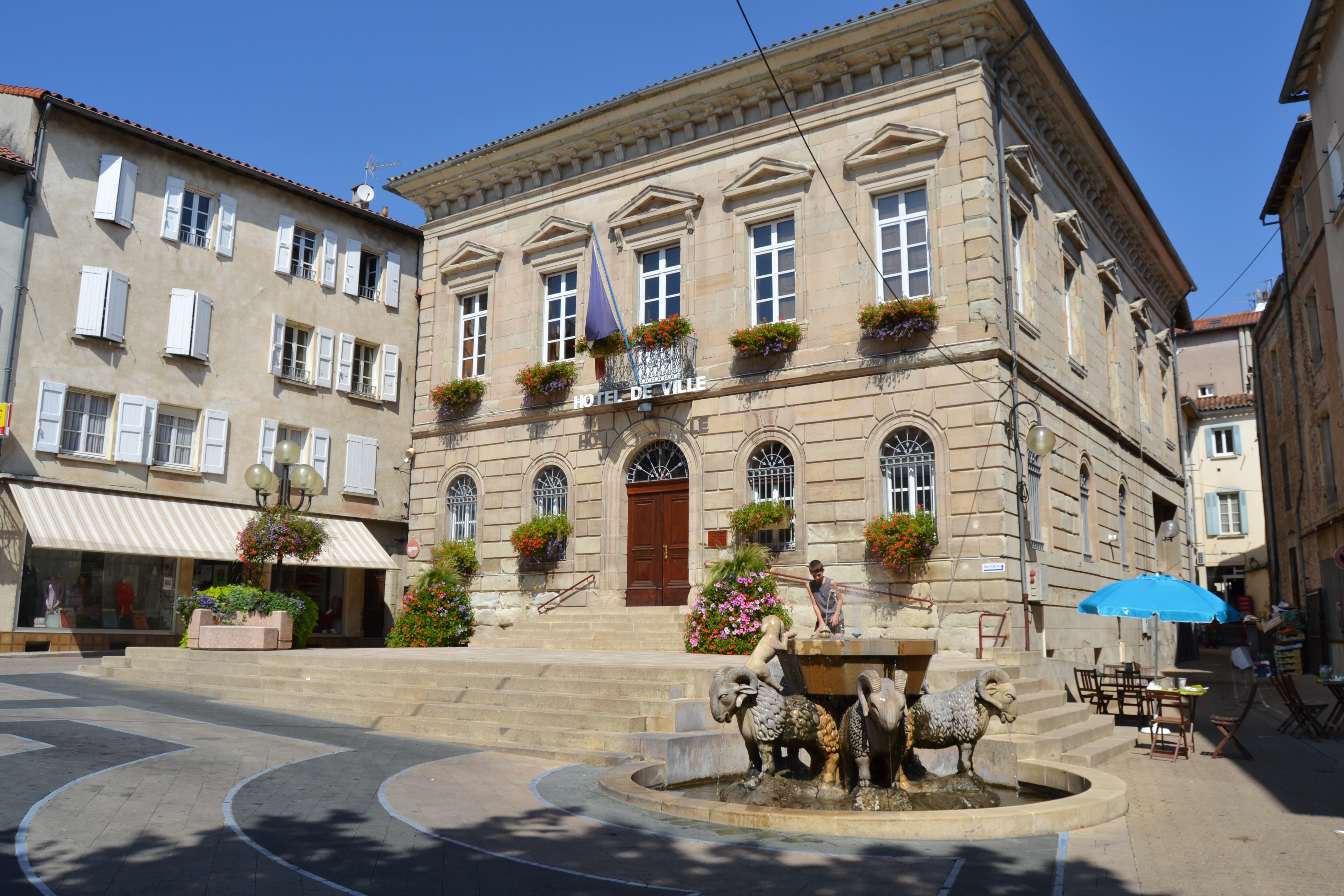 Photo saint affrique 12400 hotel de ville saint for Piscine saint affrique