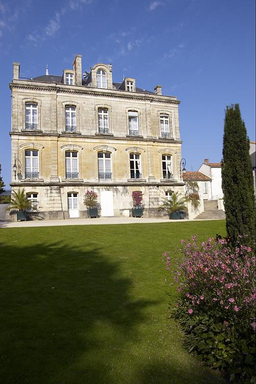 Photo fontenay le comte 85200 la mairie fontenay - Office de tourisme de fontenay le comte ...