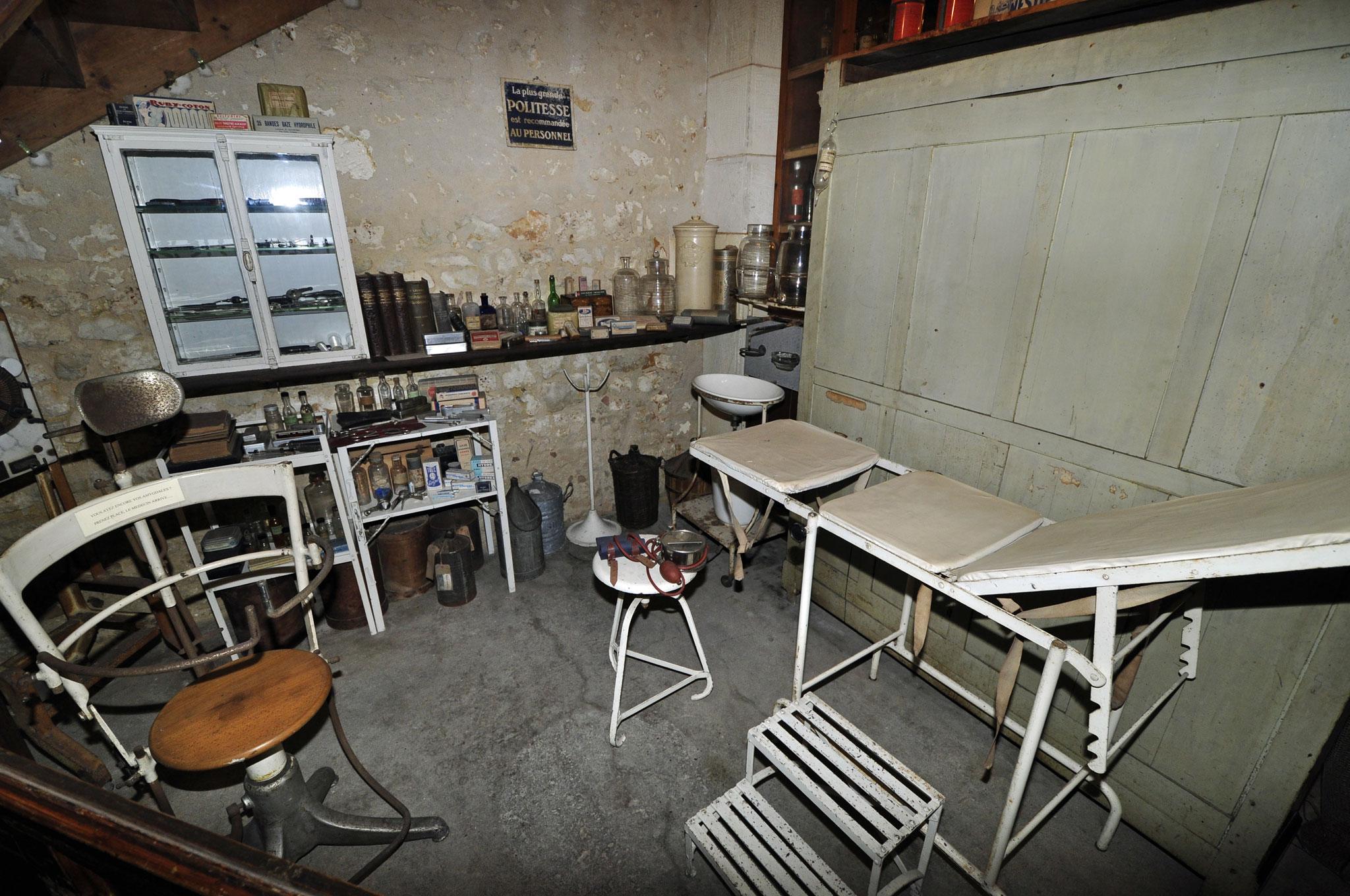 photo rochefort 17300 rochefort musee des commerces d 39 autrefois le cabinet medical 182236. Black Bedroom Furniture Sets. Home Design Ideas