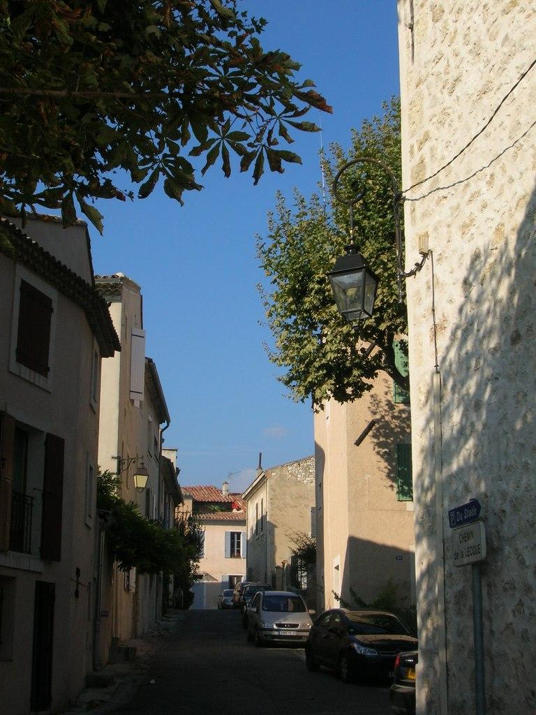 Photo saint cannat 13760 une rue typique de st for Astral piscine st cannat