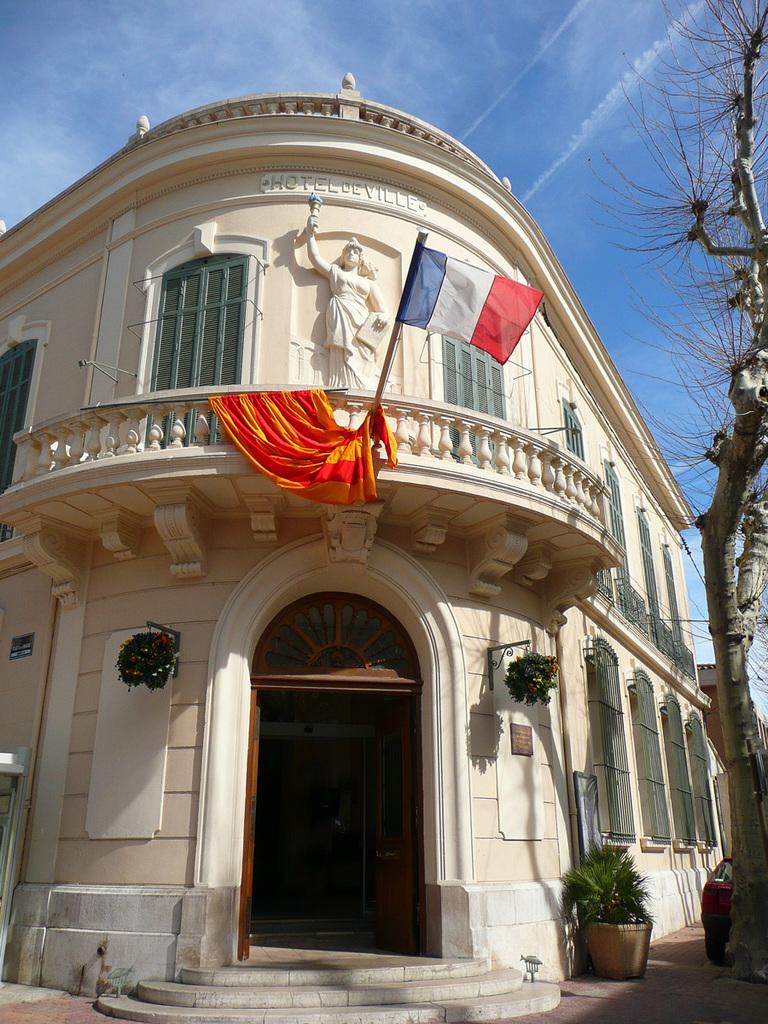 Photo 224 Saint Chamas 13250 Fa 231 Ade De L H 244 Tel De Ville