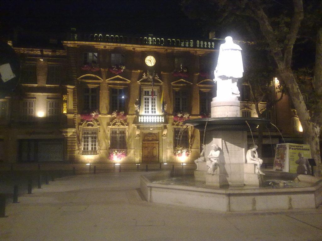 Photo salon de provence 13300 place de l 39 h tel de for Mairie menetou salon