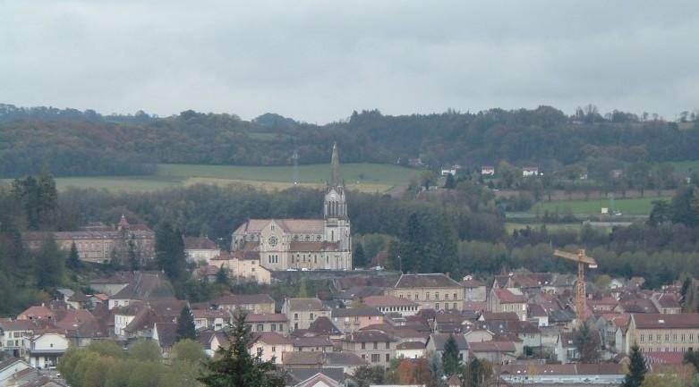 Photo la tour du pin 38110 la ville de la tour du for Piscine la tour du pin