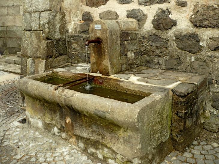 La fontaine près de l'église. - Riom-ès-Montagnes