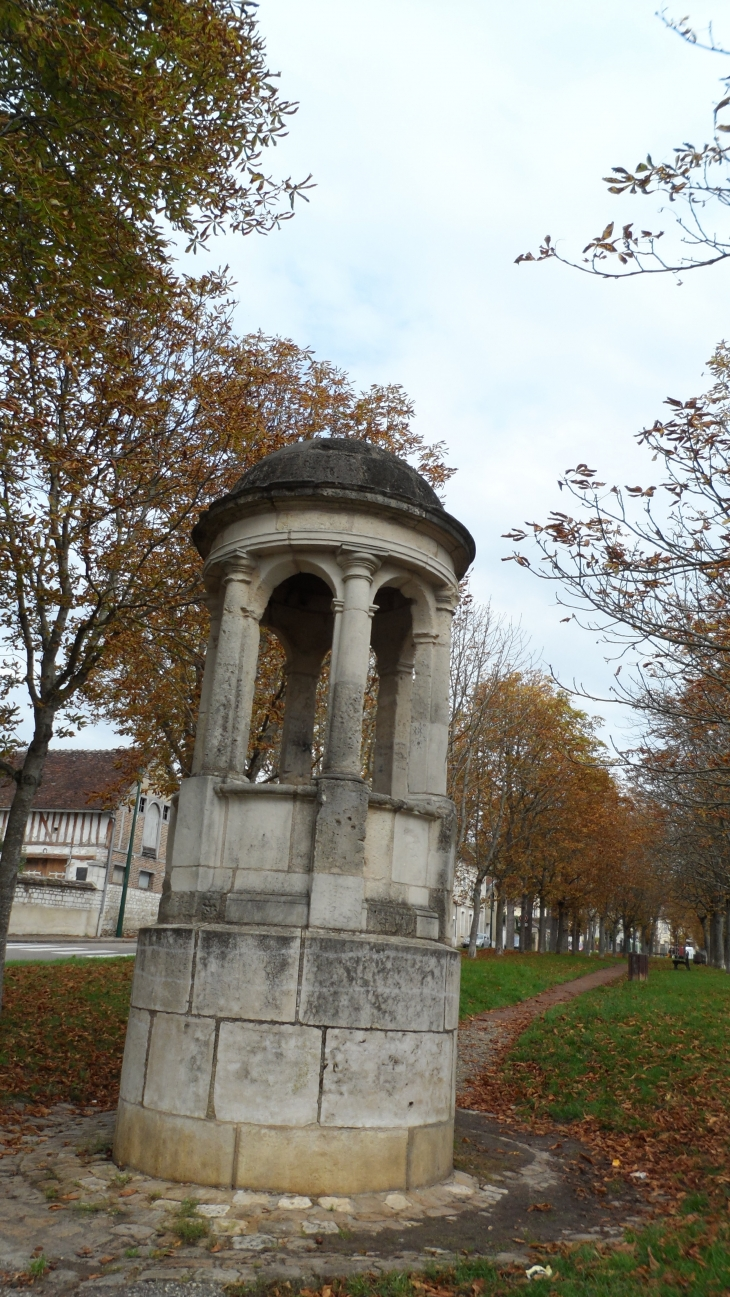 Photo joigny 89300 ancienne vigie des remparts for Piscine de joigny