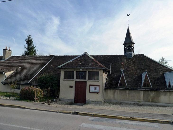 L'église côté rue - La Rivière-de-Corps