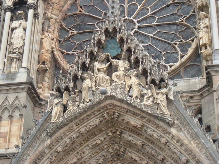 photo reims 51100 le portail de la cath drale couronnement de la vierge reims 14110. Black Bedroom Furniture Sets. Home Design Ideas