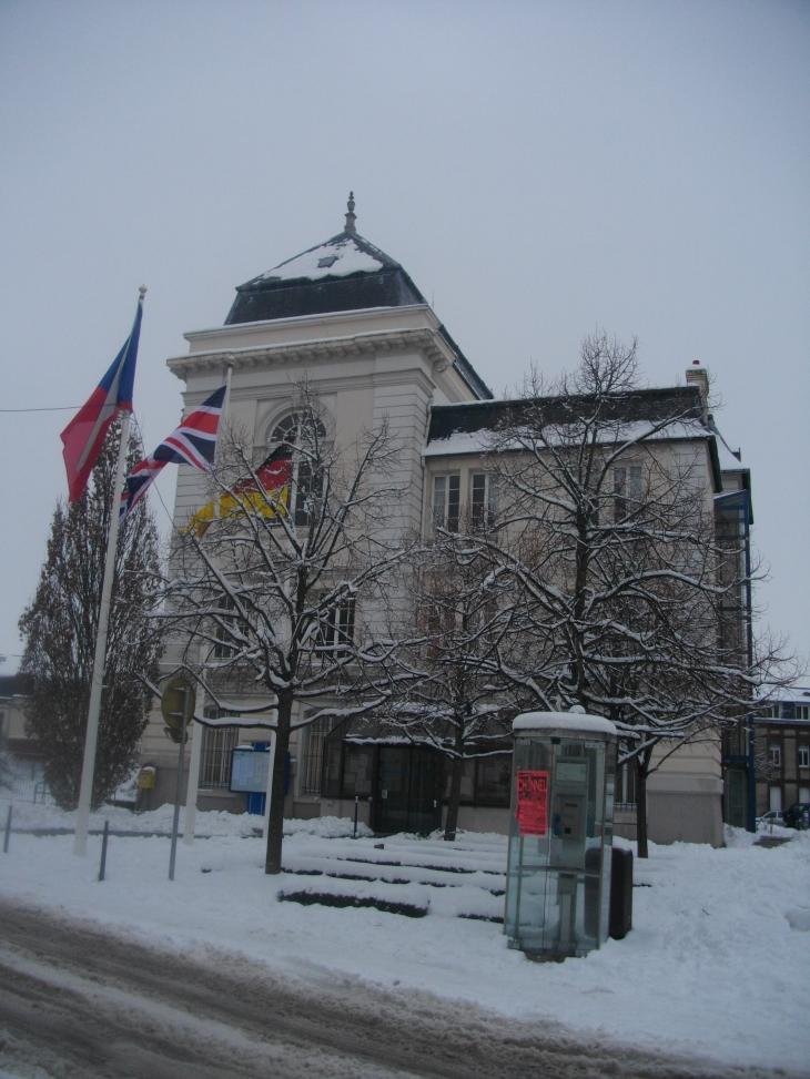 Photo yvetot 76190 hotel de ville sous la neige for Hotels yvetot
