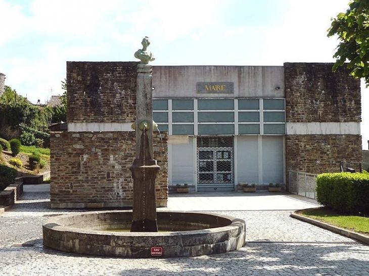 Fontaine devant la mairie - Saissac