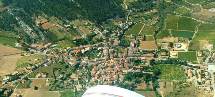 Vue aérienne du village - Thézan-des-Corbières