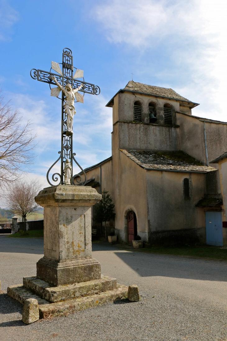 Eglise Notre Dame d'Aurès. L'édifice est a coeur roman mais sa nef et ses chapelles sont gothiques (XVe sIècle). - Arvieu