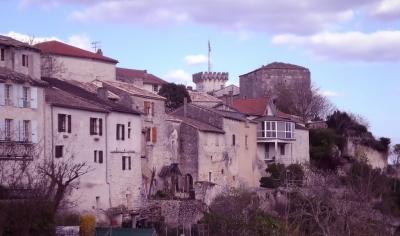 Village construit sur un pic rocheux Credit: