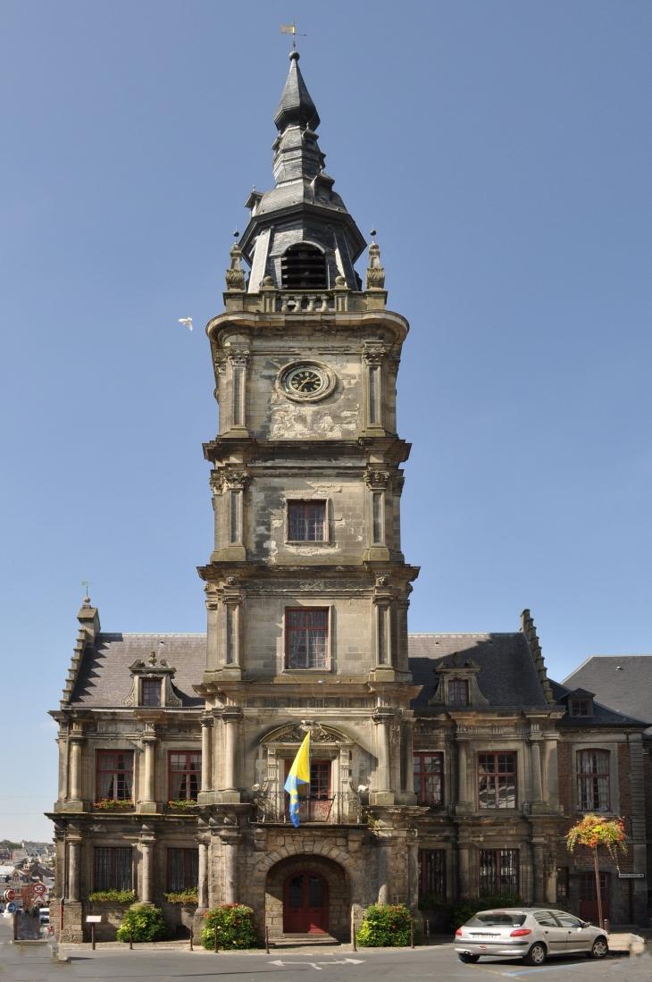 Photo le cateau cambr sis 59360 l 39 h tel de ville for Piscine le cateau