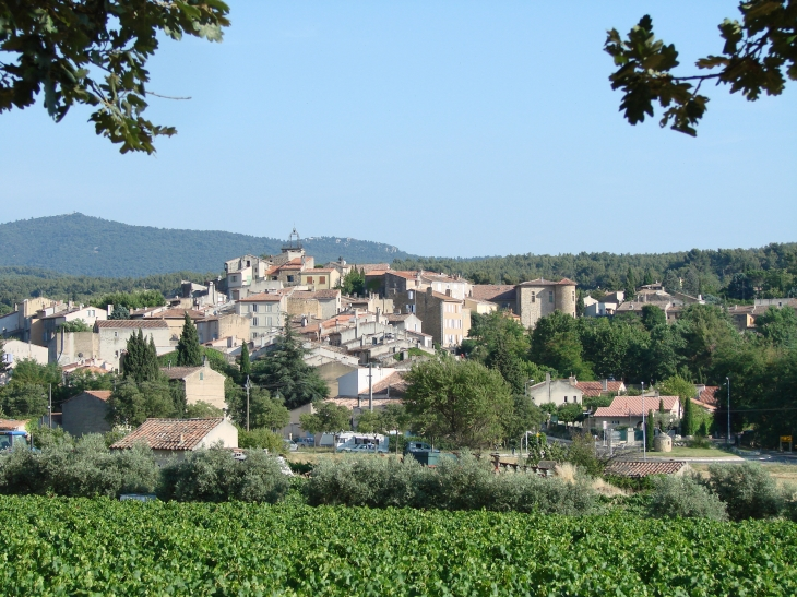 Vue générale du village provençal  - Peynier