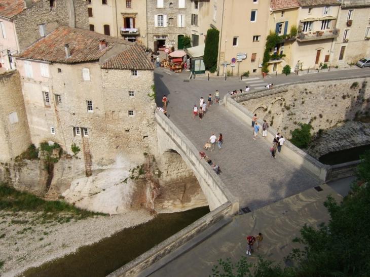 Photo vaison la romaine 84110 le pont romain vu de - Hotel vaison la romaine piscine ...
